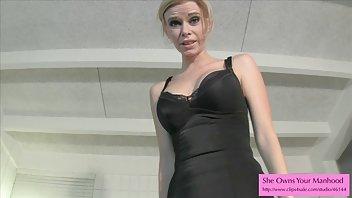 Dunne brunette houdt van spelen met haar kutje voor je